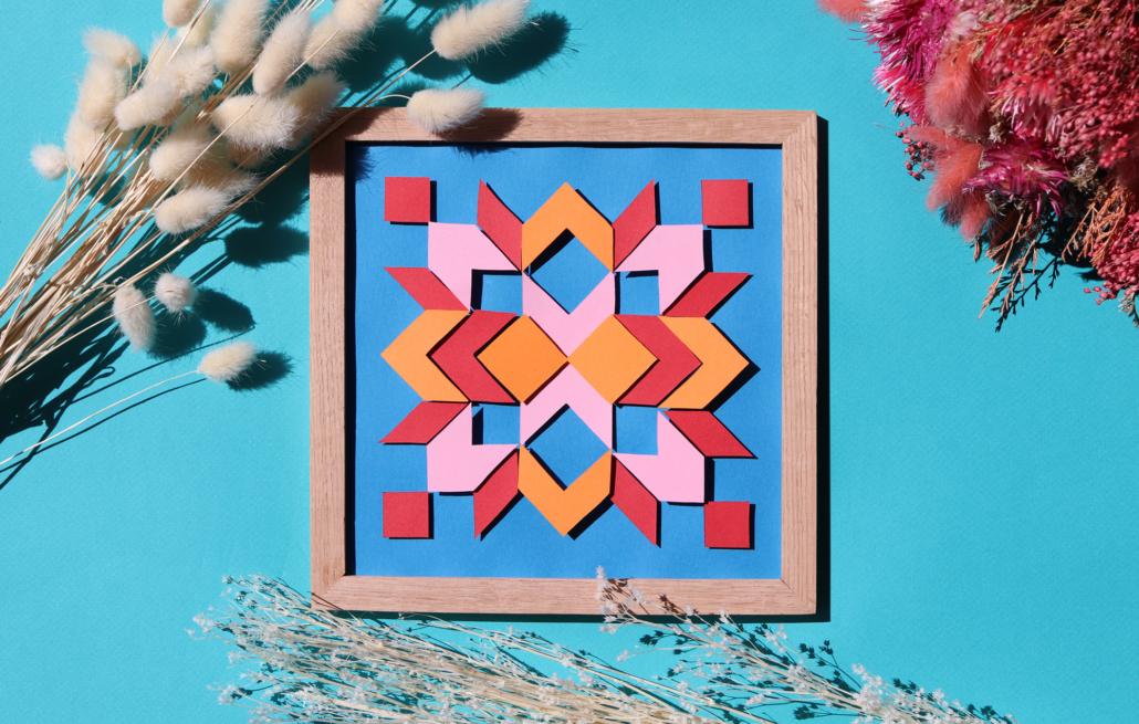 papier découpé coloré en carré et surelevé