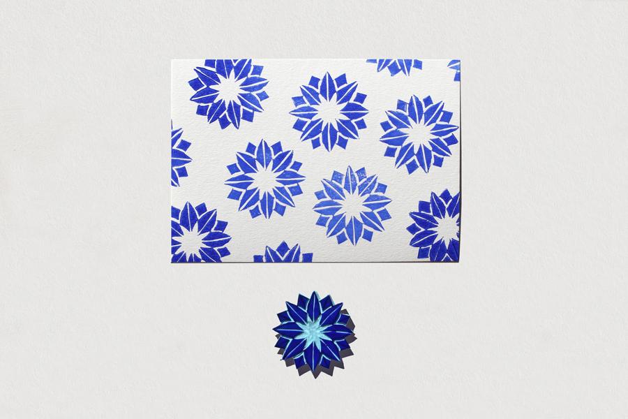 photo de fleurs en tampon appliqués avec la technique de la linogravure