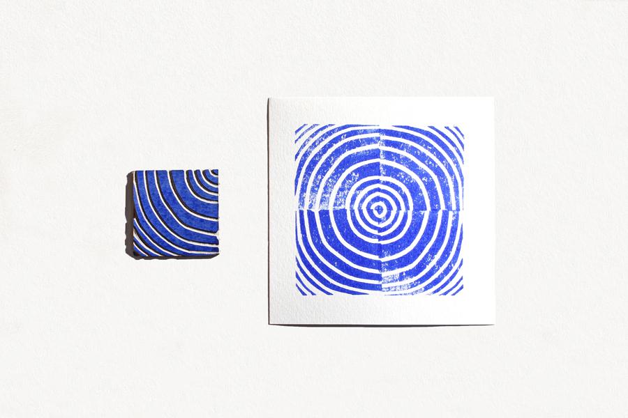 fiche bleue créant un cercle reconstitué grâce à la linogravure