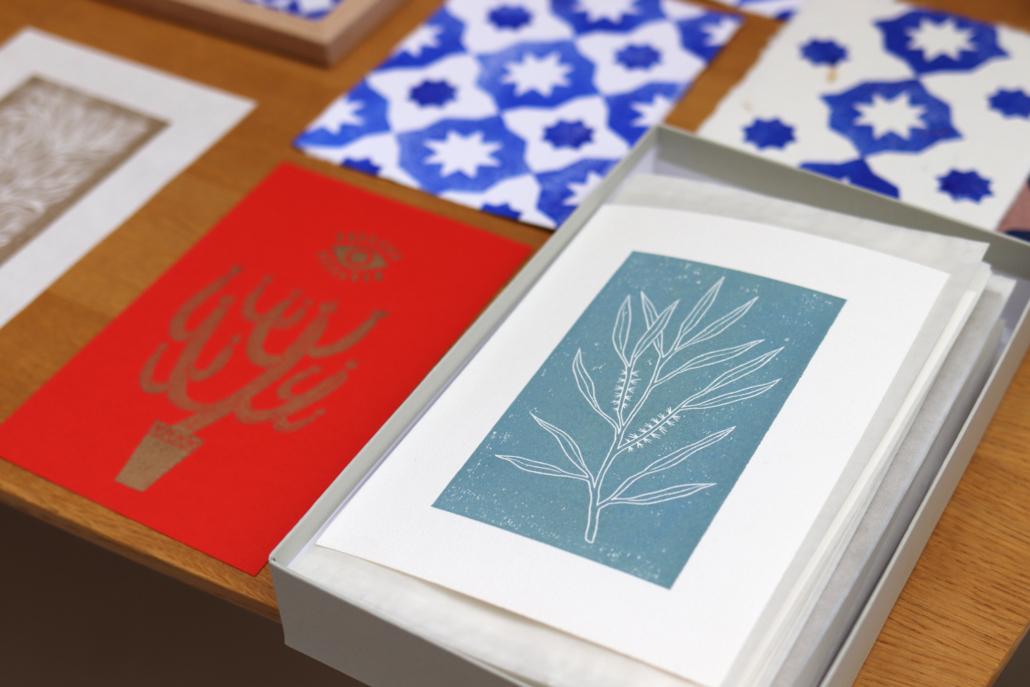 carte imprimée à la main d'un motif botanique bleu canard