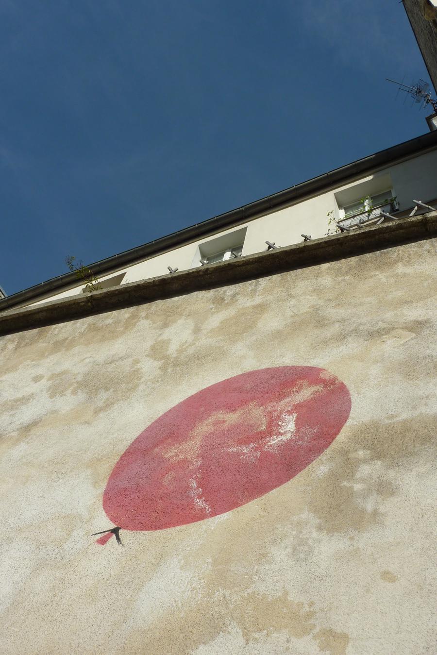 photo de ballon dessiné sur un mur dans le style street art
