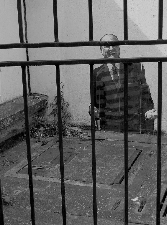 photo de chirac collée au pochoir dans la rue