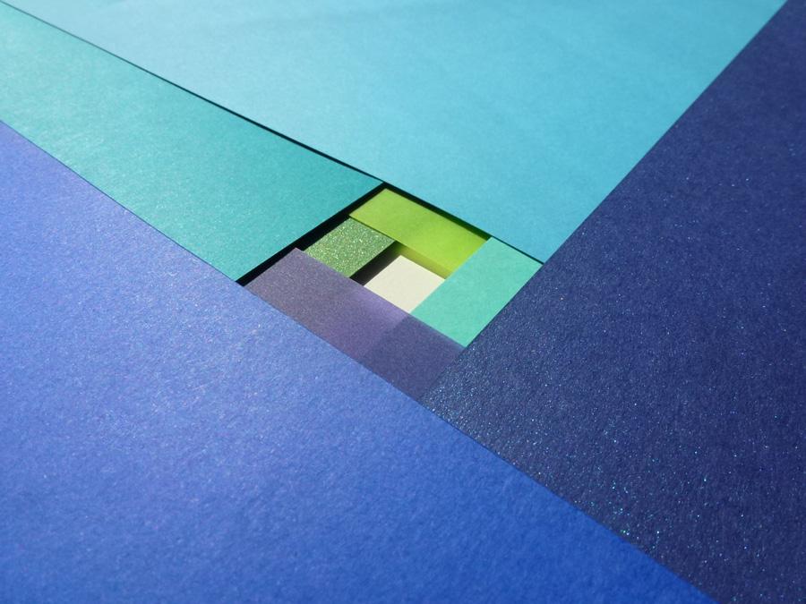 découpe de papiers bleus superposés