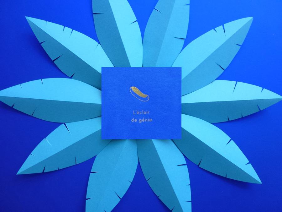 découpe de feuilles bleus dans un style nature