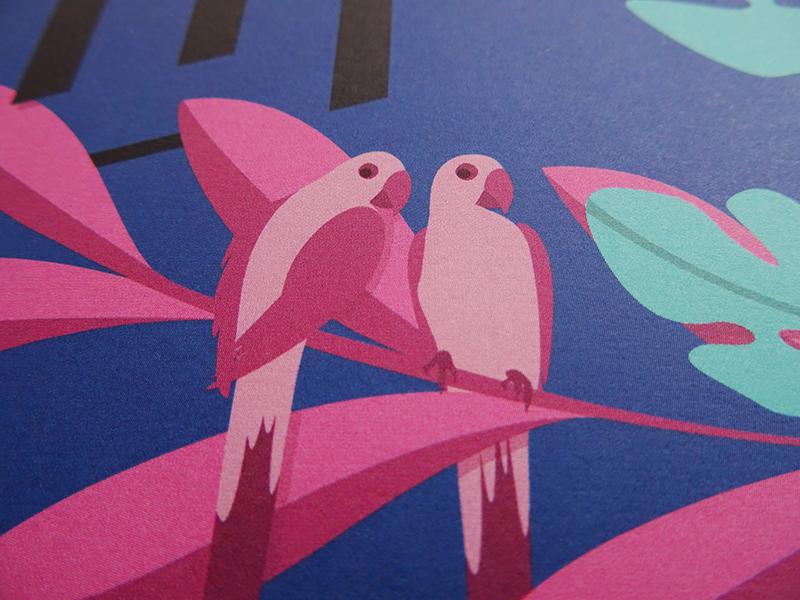 perroquets illustrés en rose sur fond bleu, extrait de l'exposition jungles