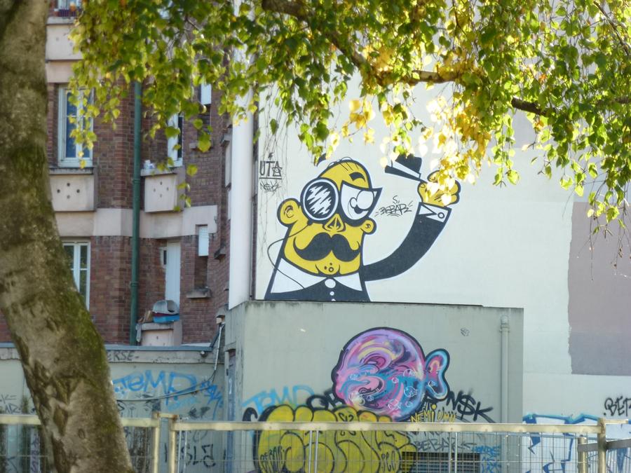 mister chapeau sous l'arbre dessiné sur le mur on the street