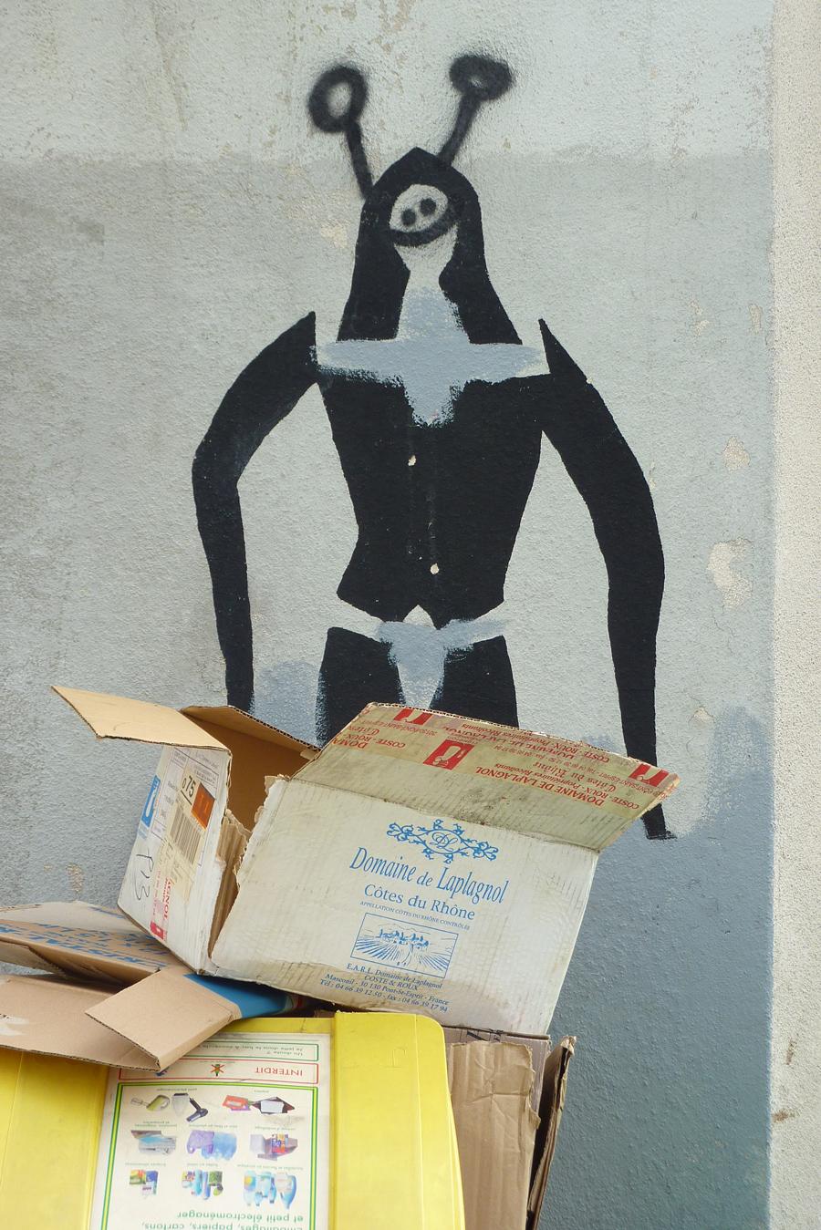 poubelle et graffitis sur mur on the street
