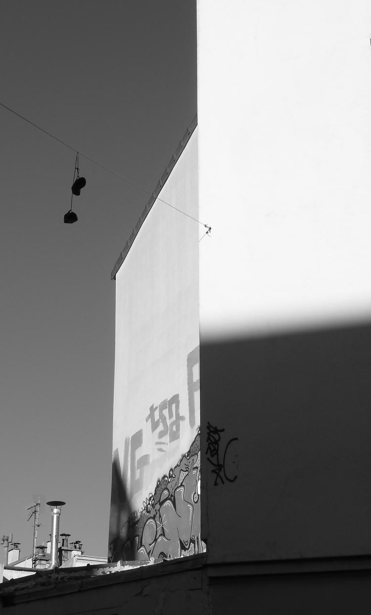 chaussures qui pendent dans la rue