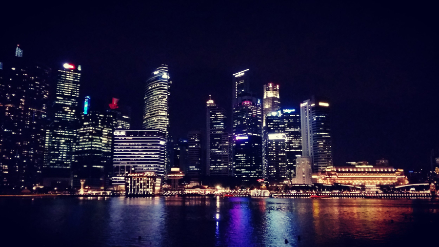 Singapour lights on the night, reflections on water