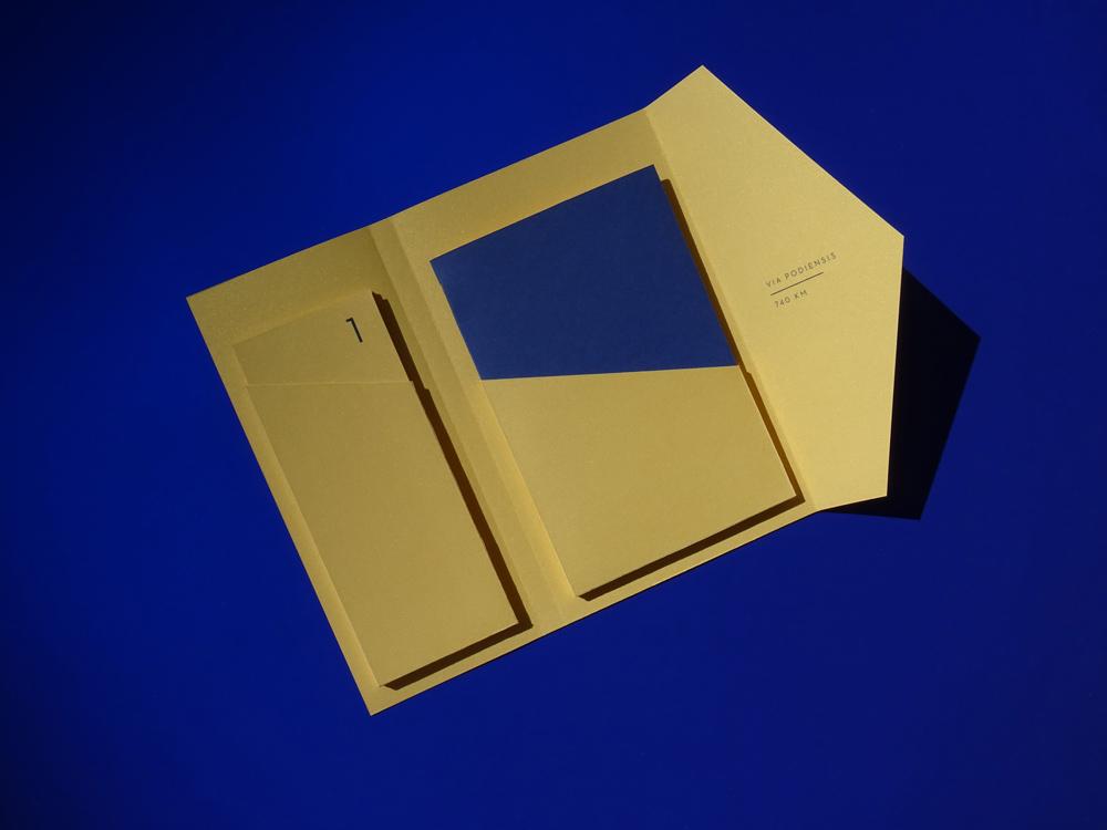 vue du dessus de la pochette or et bleue