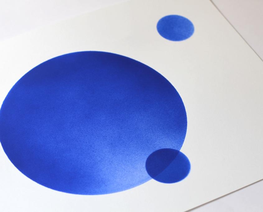 peinture bleue au pochoir